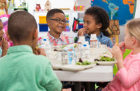 School childeren eating lunch together