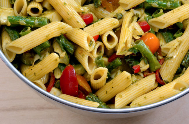 Pasta salad with chickpea noodles with green beans and tomatoes