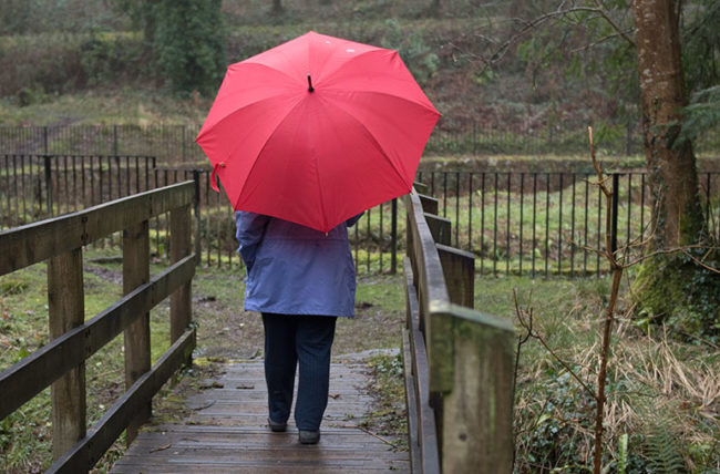 woman's knee aches during weather changes